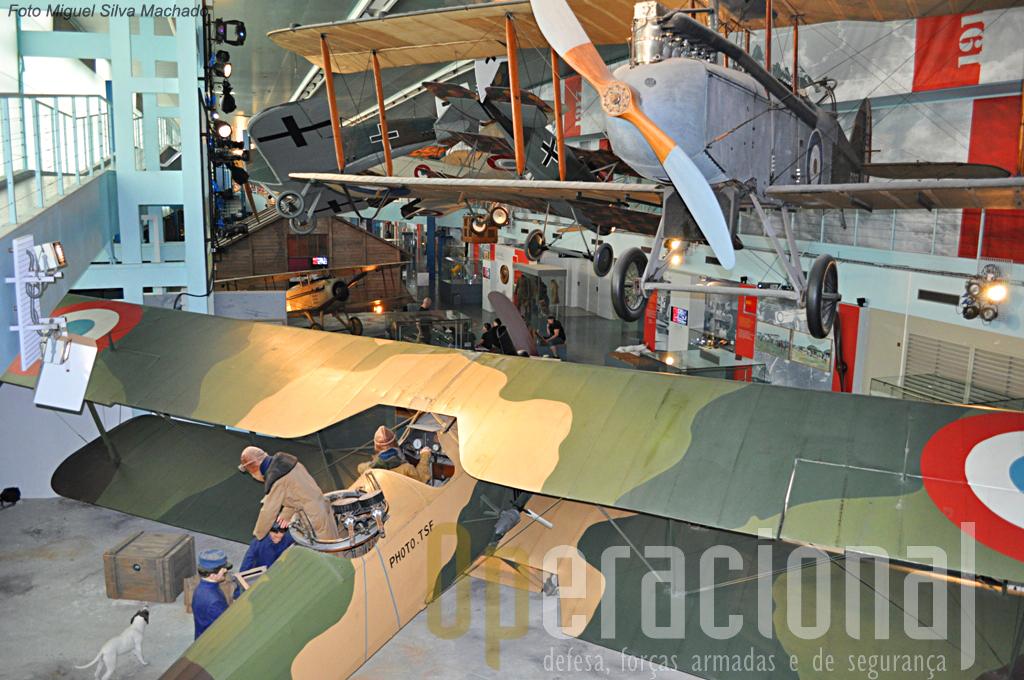 Aspecto parcial desta ala do museu. Em primairo plano, no solo, um Breguet BR XIV A2, em 1917.