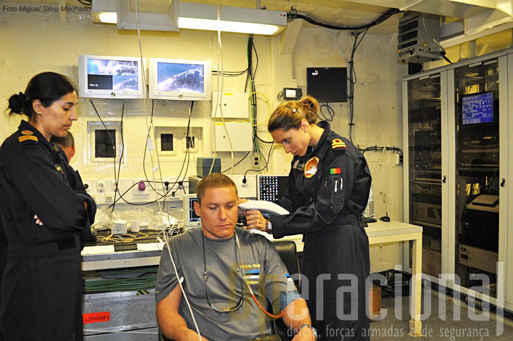 """Antes e depois de cada mergulho os militares passaram pela """"bancada clinica"""" para recolha de diversos parametros médicos."""