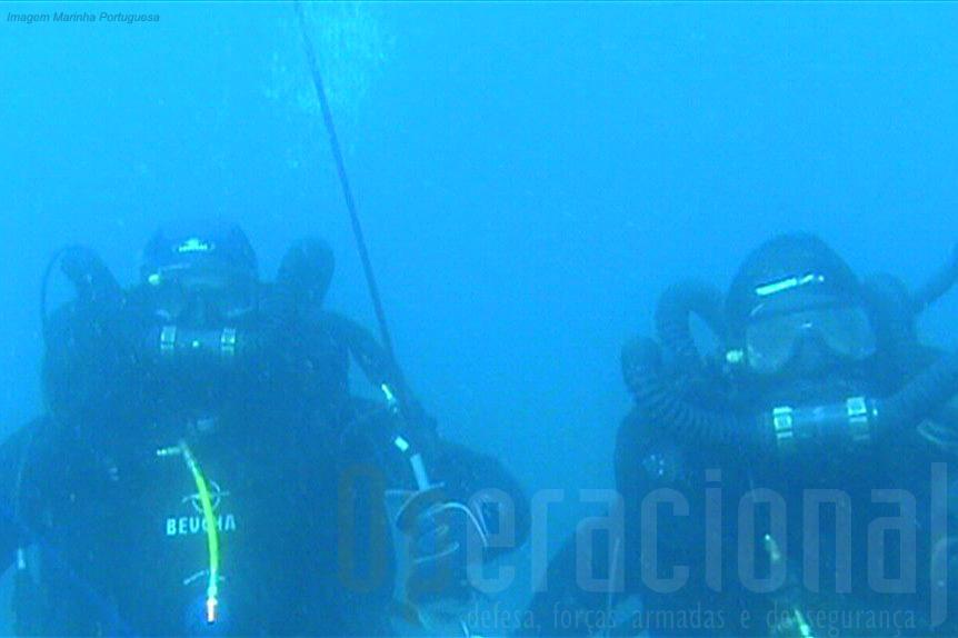 """Equipa do Destacamento de Mergulhadores Sapadores da Marinha Portuguesa a efectuar um """"mergulho profundo"""" ao largo de Portimão em Setembro 2010."""