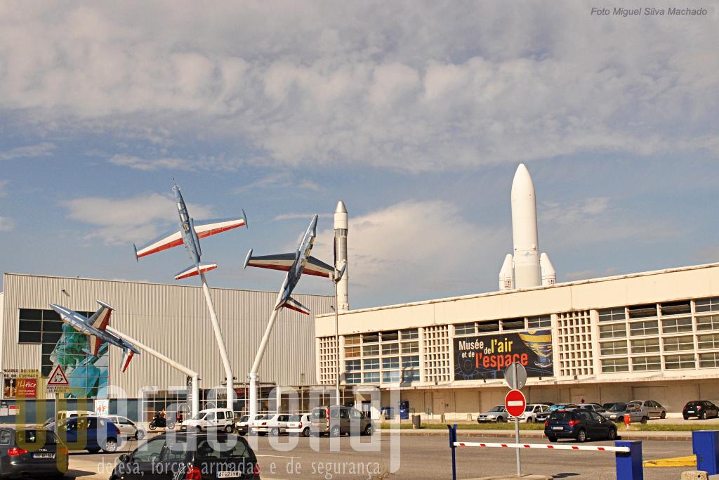O primeiro aeroporto comercial  de Paris-Le Bourget alberga desde 1973 o Museu do Ar e do Espaço, bem servido por transportes público e tem amplos parques de estacionamento para viaturas particulares.
