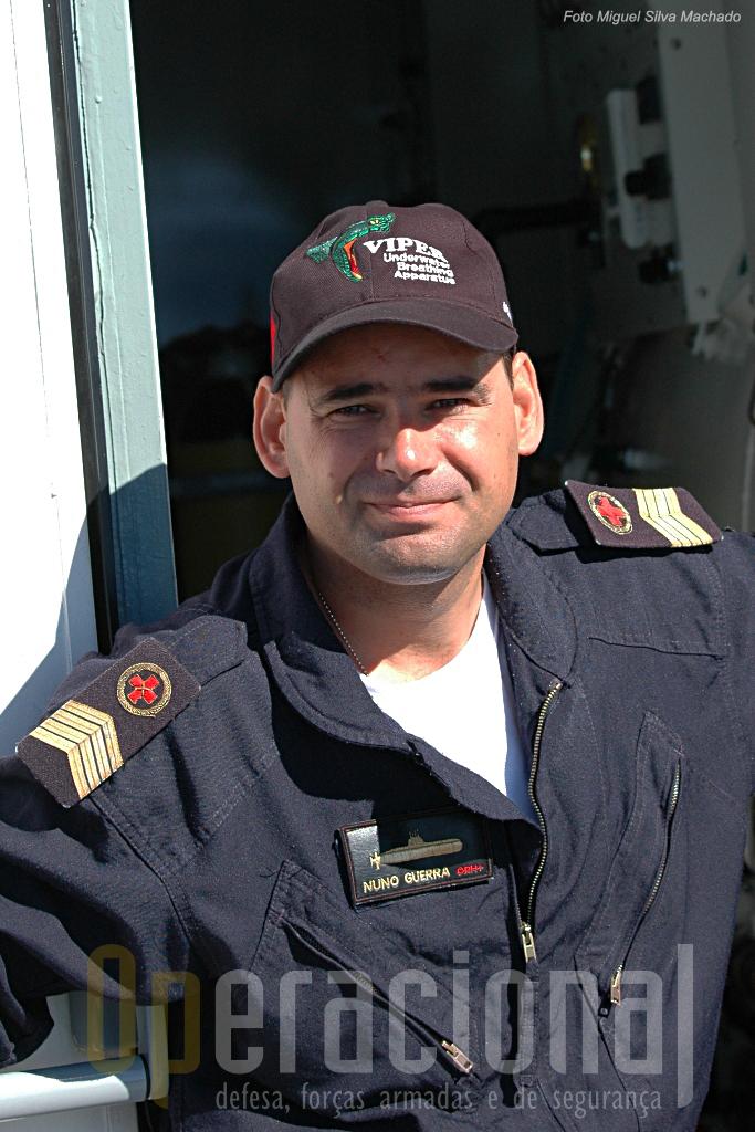 """Uma curiosidade para quem gosta de emblemática militar. O Primeiro-Sargento Enfermeiro Nuno Guerra já ostenta no uniforme a """"silhueta"""" do NRP """"Tridente"""", a cuja guarnição pertence."""