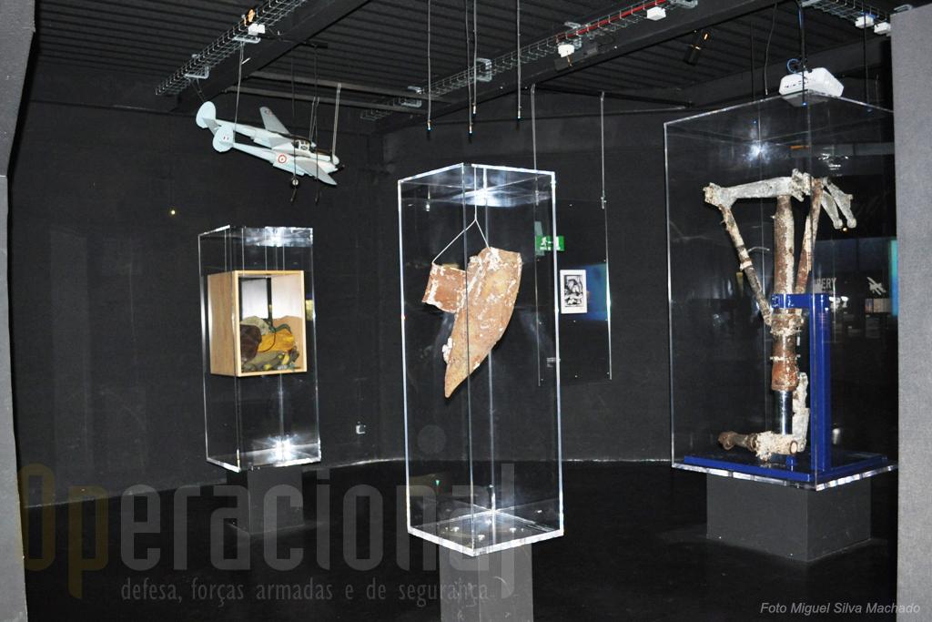 Uma das salas da exposição onde se encontram destroços do avião de Saint Exupery, um modelo do mesmo e objectos pessoais.