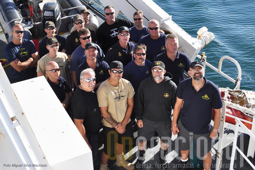 """Parte dos mergulhadores estrangeiros envolvidos no """"Deep Divex 2010"""" em 01 de Outubro, posam para a posteridade."""