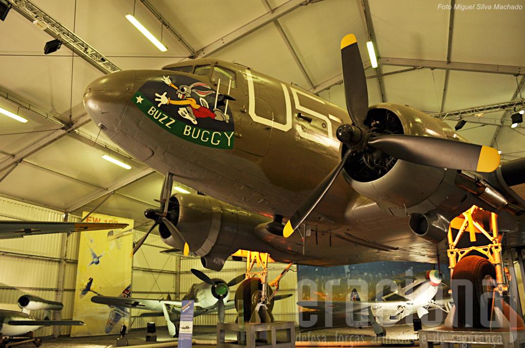 """Presença """"obrigatória"""" em qualquer museu do ar, o """"Dakota"""". Em fundo, da esquerda, a V1, um Focke-Wulf F.W 190 e um Yakovlev Yak-3."""