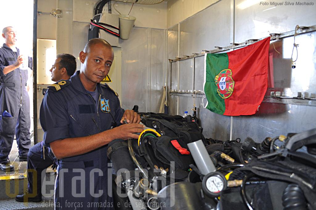 """No """"laboratório para preparação do equipamento"""" fazem-se a montagens e testes para cada dia de mergulho."""