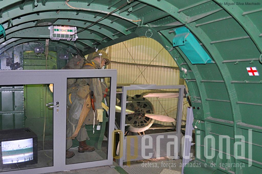 Interior do Douglas C-47 Skytrain / Dakota, com uma adaptação para apresentar um pára-quedista americano a salta sobre a Normandia, com um monior de TV apresentando filmes da época. Em fundo um Policarpov I-153 Tchaika.