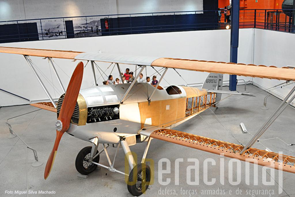 """Um dos aviões que cumpria missões de transporte de correio nos anos 20 e 30 do século XX, aqui numa versão """"inacabado"""" para se ver como era construído."""