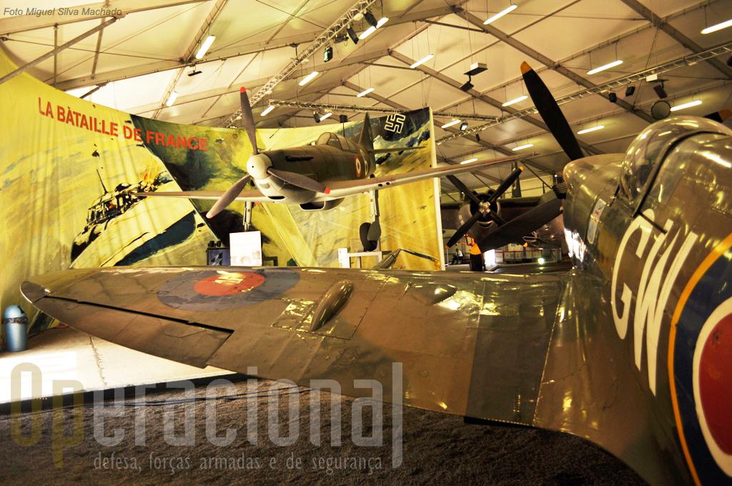 """O Spitfire MK XVI da Royal Air Force e ao fundo, """"vonado"""" o Dewoitine D.520, apresentado como o melhor caça de fabrico francês do 2º conflito mundial"""