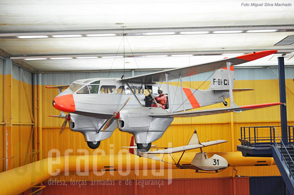 """O De Havilland """"Dragon Rapide"""" DH 89A quer foi utilizado em muitos países do mundo nos anos 30 do século XX e serviu em Portugal até 1968. Em França foi muito utilizado no lançamento de pára-quedistas o que justifica esta sua apresentação."""