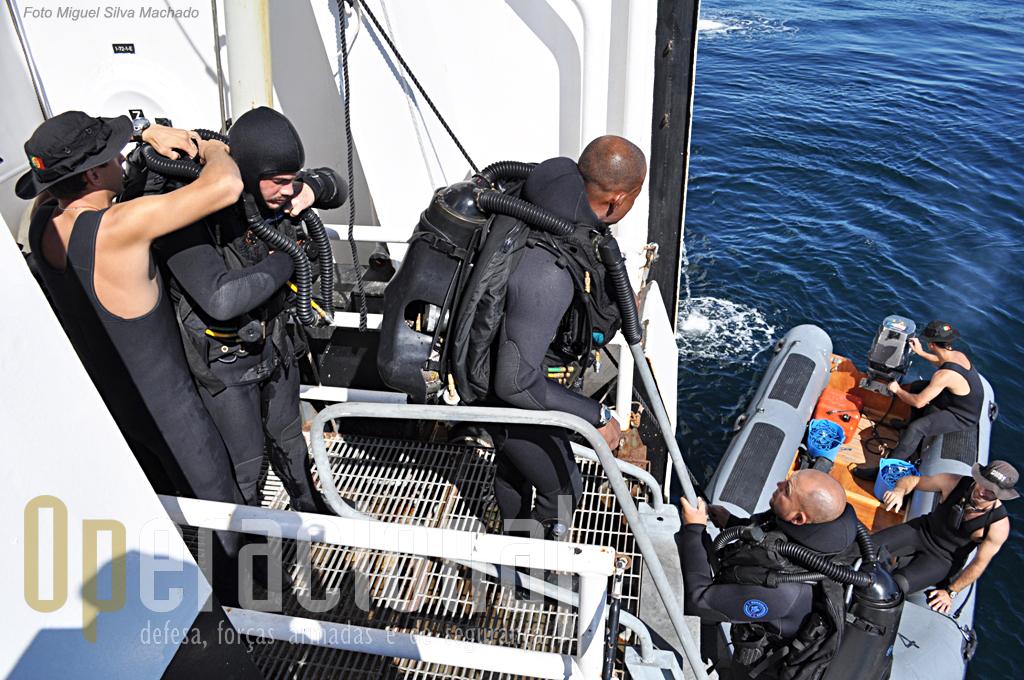 """Uma das equipas do Destacamento de Mergulhadores Sapadores da Marinha, a que actuou no """"cokcpit"""" de um helicópero afundado a 77 metros de profundidade."""
