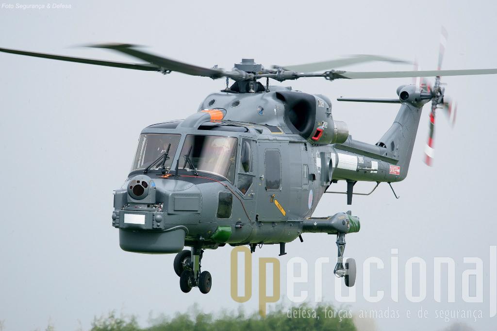 Embora sem marcas, esse Lynx pertence à África do Sul, e está equipado com o Star Safire III no nariz, em configuração semelhante à que será adotada para os Lynx brasileiros (Foto: ELIR)