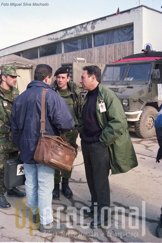 As novidades nesta missão foram muitas. Jornalistas portugueses em grande número acompanharam as tropas na instalação e meses seguintes. Na foto, da direita, Tanger Correa (representante diplomátco de Portugal em Sarajevo), Major Villa de Brito (ds relações públicas do Exército), Major Sancho do DL e (de cotas) um jornalista português.