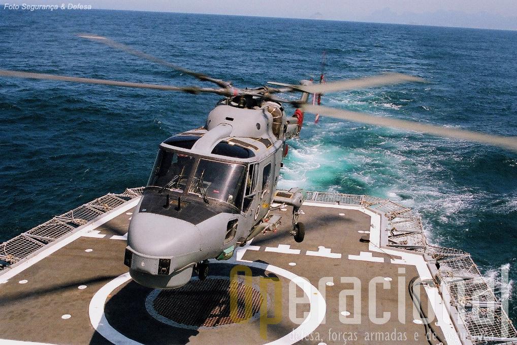 """Lynx Mk.21A da MB no seu """"habitat"""" natural: o convoo de uma fragata — no caso, uma da classe """"Greenhalgh""""."""