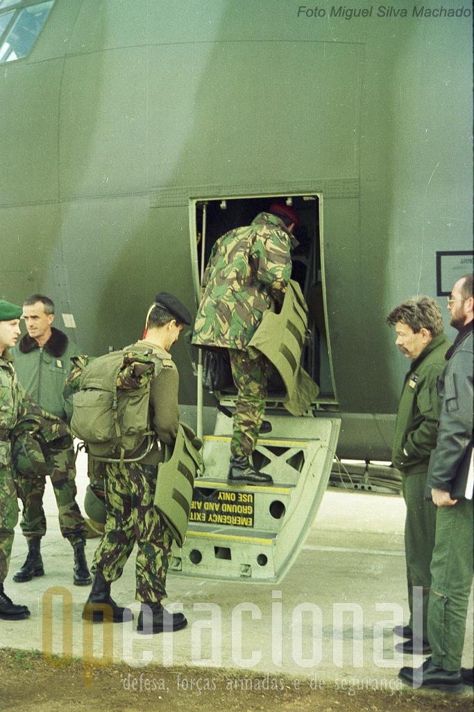 Embarque em Split no C-130 da Força Aérea Francesa com destino a Sarajevo. Tudo corria sob rodas!