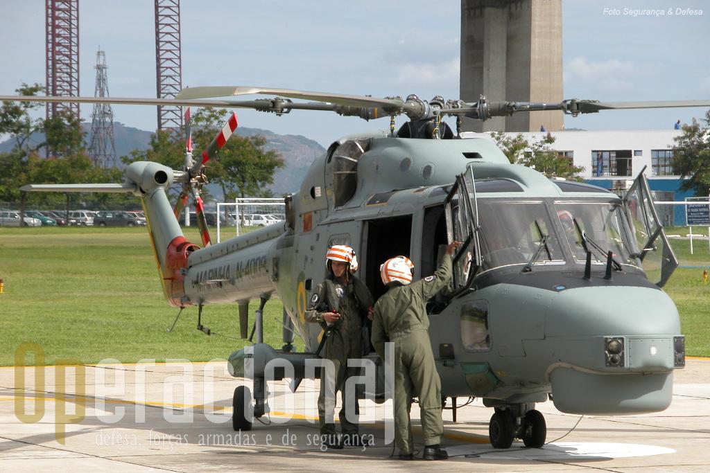 Lynx N-4009 preparando-se para uma missão. Na extremidade do nariz, as antenas do equipamento MAGE, e em baixo o domo do radar SeaSpray 3000