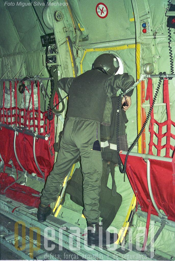 """Porta do C-130 forrada com coletes anti-bala, """"load-master"""" vigilante e pronto a accionar contra-medidas, era assim a aproximação a Sarajevo."""