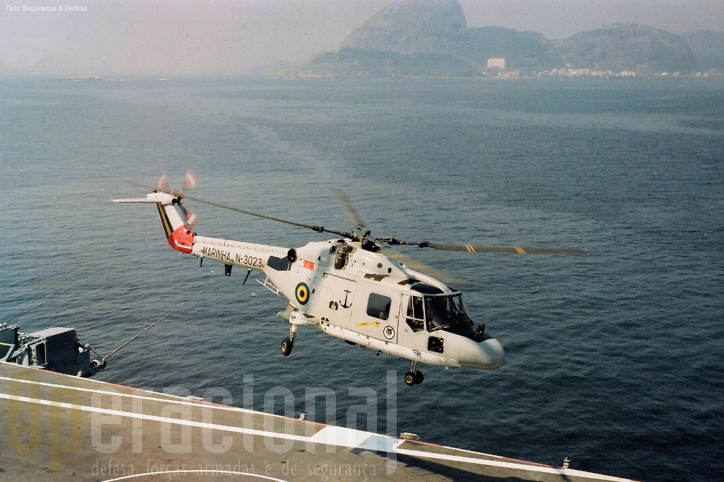 Lynx Mk.21 (um dos nove adquiridos no primeiro lote), decolando do Minas Gerais, no interior da Baía de Guanabara. Após modernizada, essa aeronave foi rematriculada N-4011.