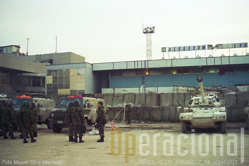 "Os ""scarafon"" italianos aguardavam-nos no mitico aeroporto de Sarajevo."