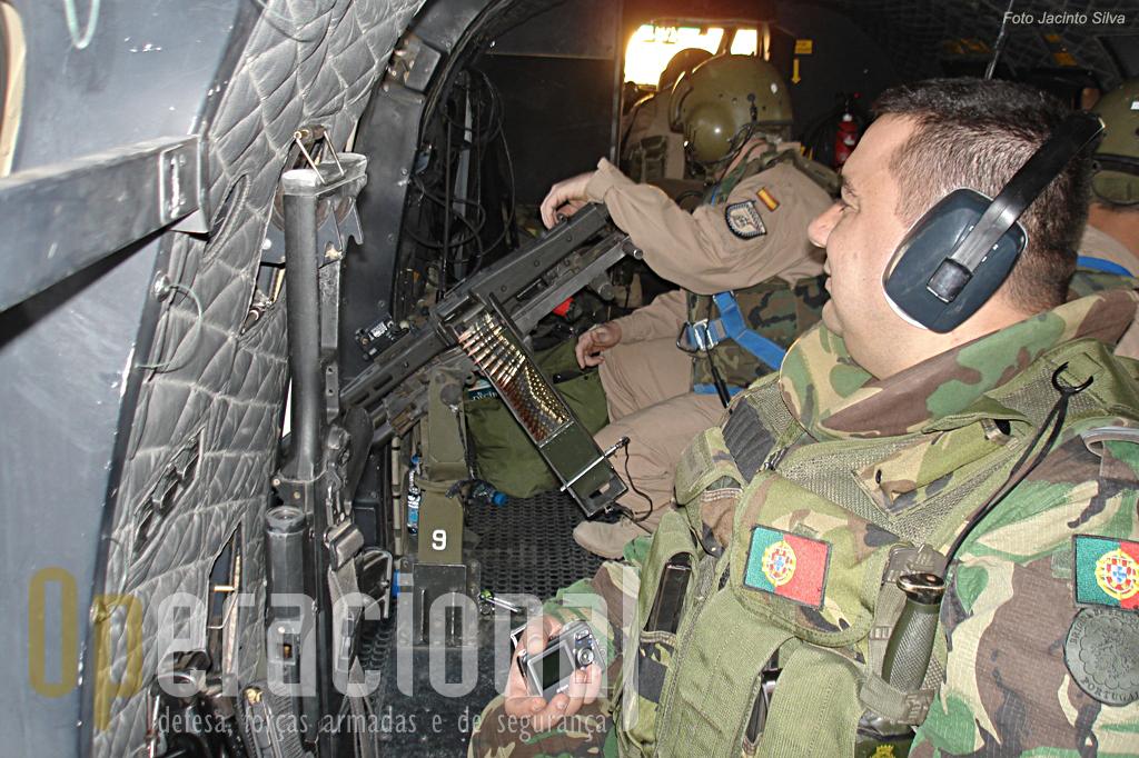 """O espaço no compartimento de carga do heli não é muito e tem que dar para os """"artilheiros"""" das MG e para os páras que participam nos reconhecimentos"""