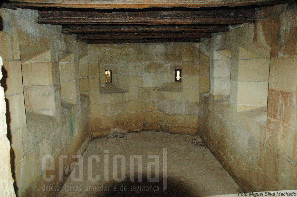 Grande parte das instalações do forte são enterradas, ou dispõem de seteiras para armas ligeiras.