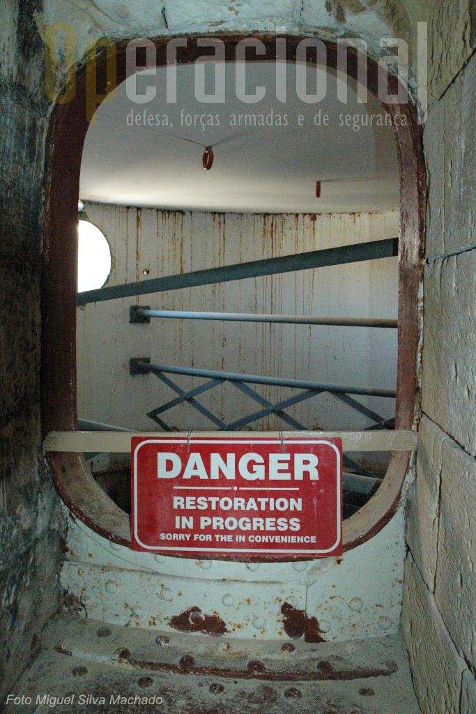 Uma das torres de carregamento estava a ser recuperada quando visitamos o forte.