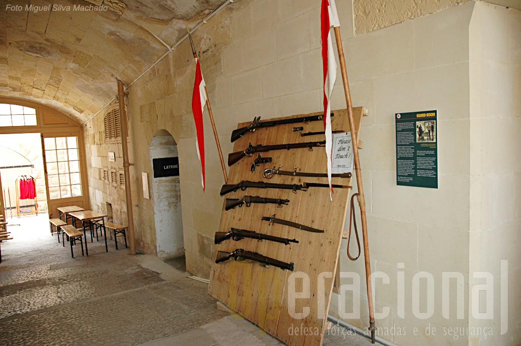 """Além do """"100 toneldas"""" algumas outras peças de artilharia estão exposta à entrada do Forte e uma variada panóplia de armamento ligeiro e equipamento é apresentado aos visitantes."""