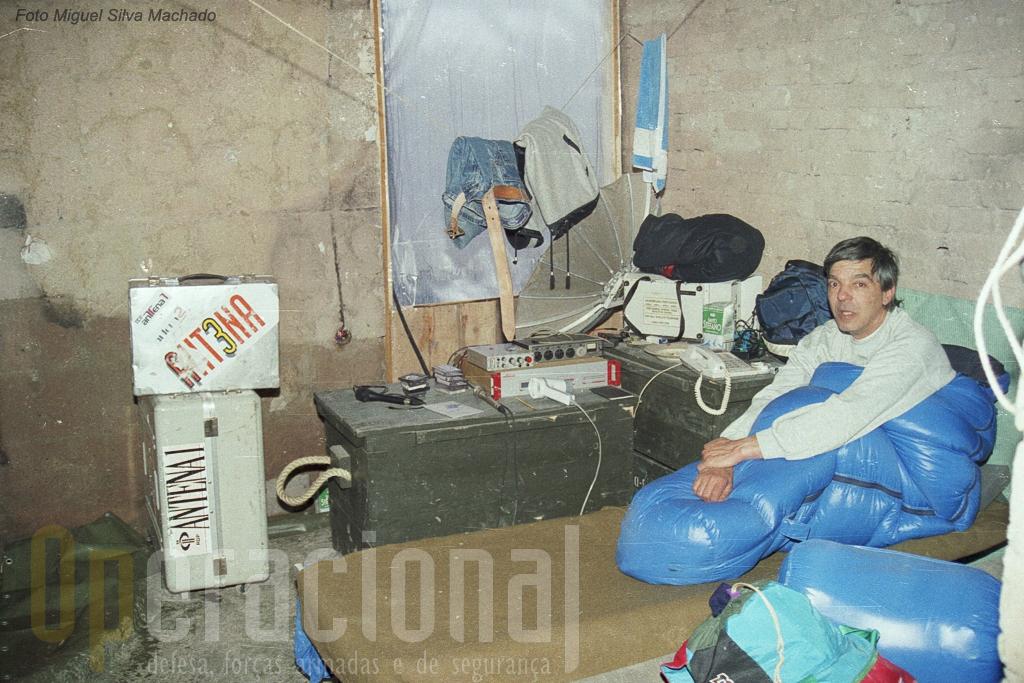"""O programa da Antena 1, """"Bom Dia Bósnia"""", teve nos primeiros tempos este """"estúdio"""" em Rogatica. A sua permanência """"com a tropa"""" levantou problemas e intalaram-se, com outros jornalistas portugueses, em casas alugadas em Sarajevo."""
