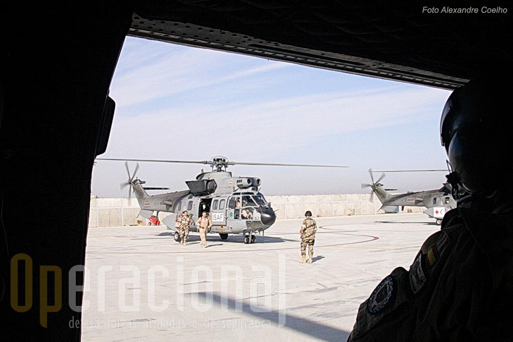 Dois dos SuperPumas/Cougar do Ejercito del Aire, equipados para AIR MEDEVAC – evacuação sanitária via aérea