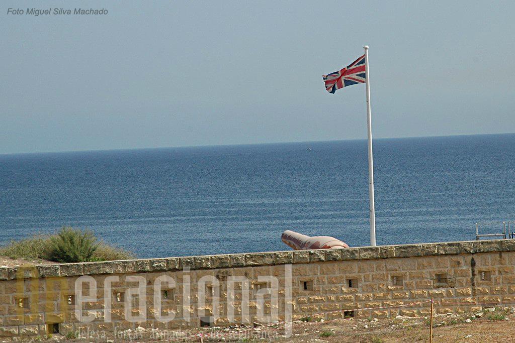 O canhão fabricado pela Amstrong & Co, continua, sem complexos, num país independente, à sombra da bandeira do Reino Unido.