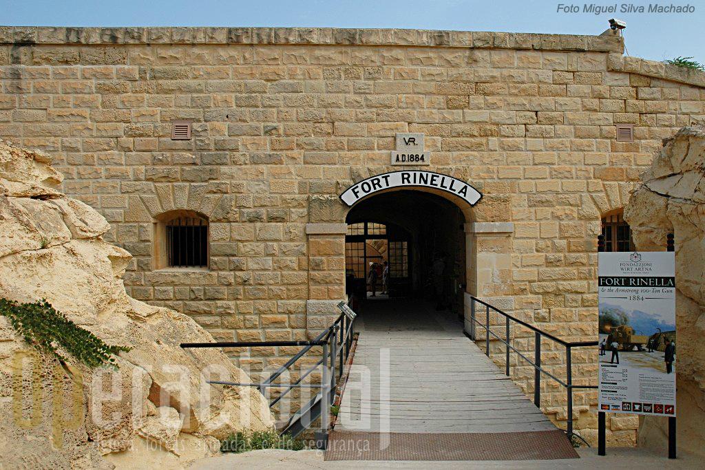 2.A entrada com a sua ponte que podia ser recolhida para o interior e que podia ser batida pelo fogo dos defensores a partir do fosso e da muralha.
