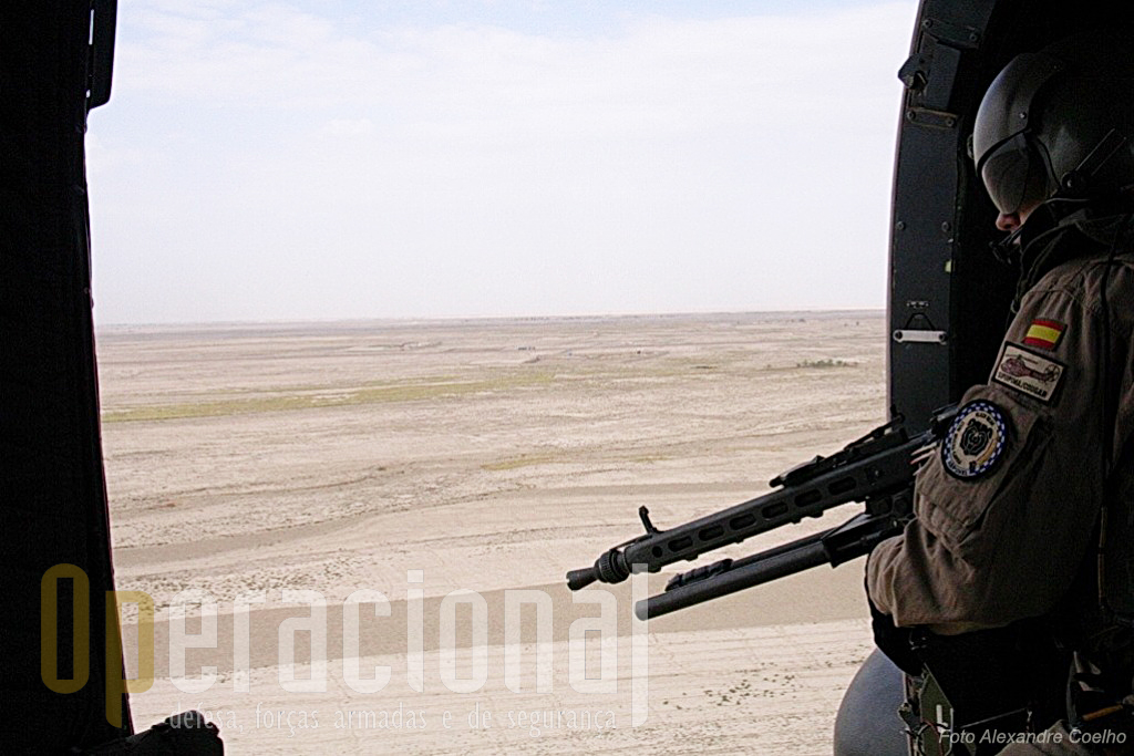 Os apontadores de metralhadora sempre muito atentos ao que se passa no exterior. Da sua acuidade visual pode depender a vida de todos a bordo