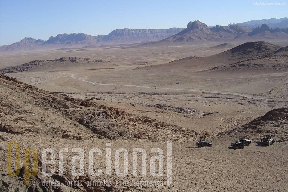 No canto inferior da imagem viaturas HMMWV da QRF portuguesa em patrulha na inóspita região Oeste do Afeganistão. Em breve serão reabastecidos.