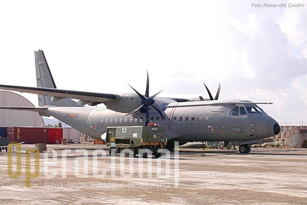 """O Ejercito del Aire não empenhava só helicópteros no Afeganistão. Um C-295M idêntico aos que agora ostentam a """"Cruz de Cristo""""."""