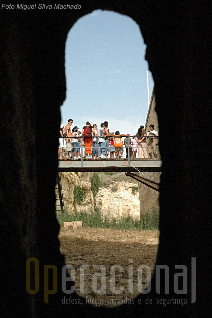 Dezenas de seteiras asseguravam que nada escapasse às armas dos defensores em caso de assalto ao forte.