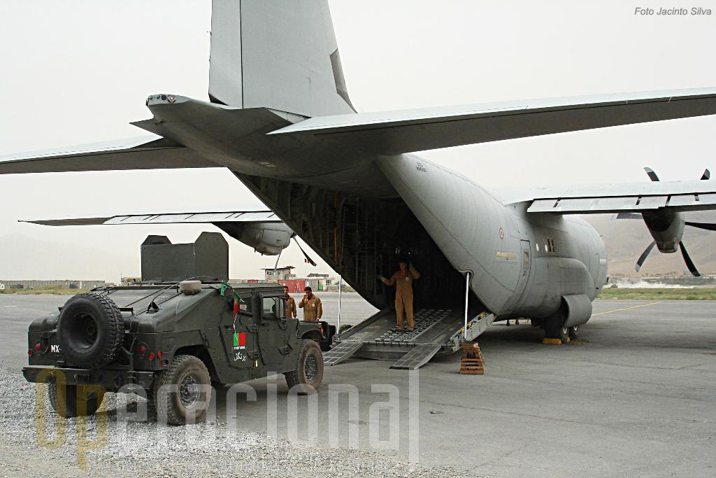 O transporte a grandes distâncias dentro do Afeganistão é garantido por aviões tácticos. Aqui um C-130J da Força Aérea Italiana embarca um HMMWV português rumo a nova área de operações.