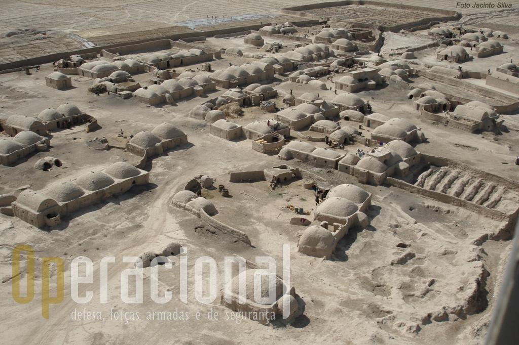 De quando em quando a paisagem apresenta uma povoação, pouco diferente do que ali haveria na Idade Média .
