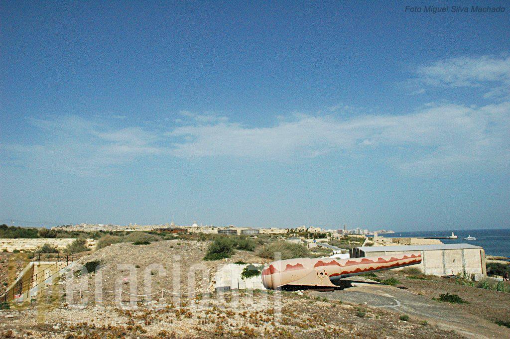 A entrada do porto de La Valleta (capital de Malta) ao fundo. Arma igual foi colocada a oeste do porto, na Cambridge Battery.