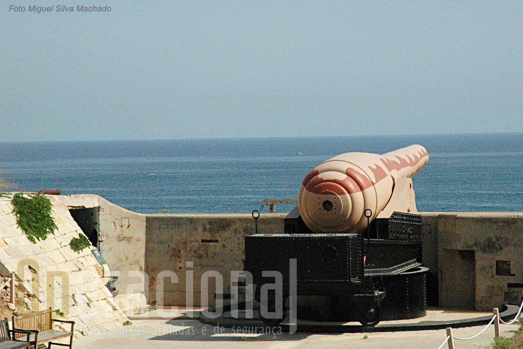"""A arma era de """"carregar pela boca"""" e para isso rodava, à esquerda e à direita, para receber as munições e cargas vindas de torres de carregamento enterradas."""