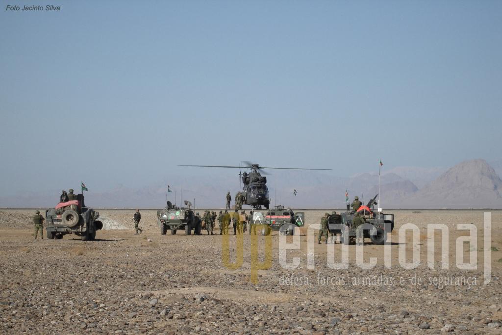 Uma patrulha dos pára-quedistas portugueses, com dois blindados Panhard M-11 e dois Hummer é reabastecida em plena zona de operações por um SuperPuma/Cougar do Ejercito de Tierra.
