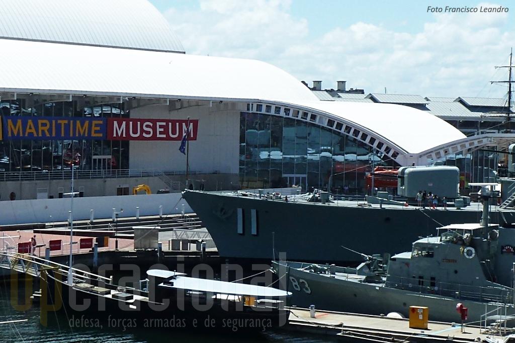 O pequeno HMAS Advance (Navio Patrulha) junto ao HMAS Vampire o maior navio australiano em exposição.