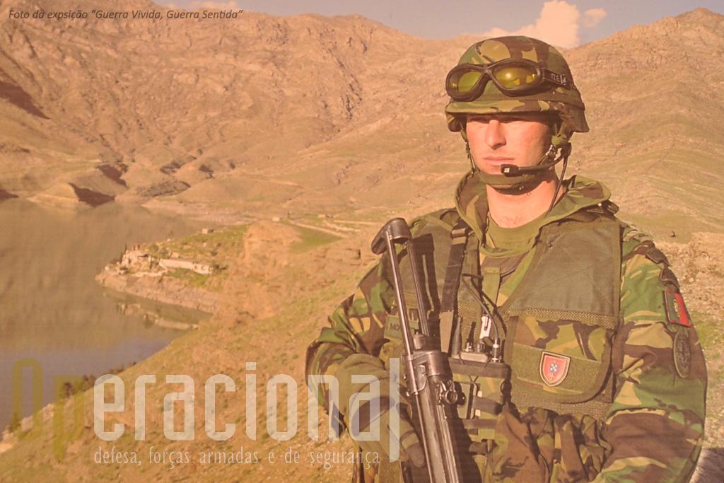 Pedro Monteiro junto à Barragem de Surobi, 50 Km a Oeste de Cabul,no decurso de uma patrulha conjunta com forças francesas.