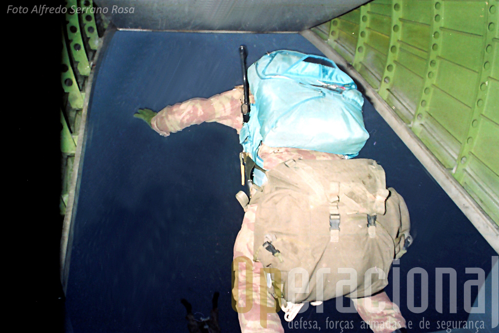 Salto SOGA em 1988 no decurso de um exercicio nocturno. O C-212 foi muito utilizado para missões de infiltração de pequenos destacamentos.