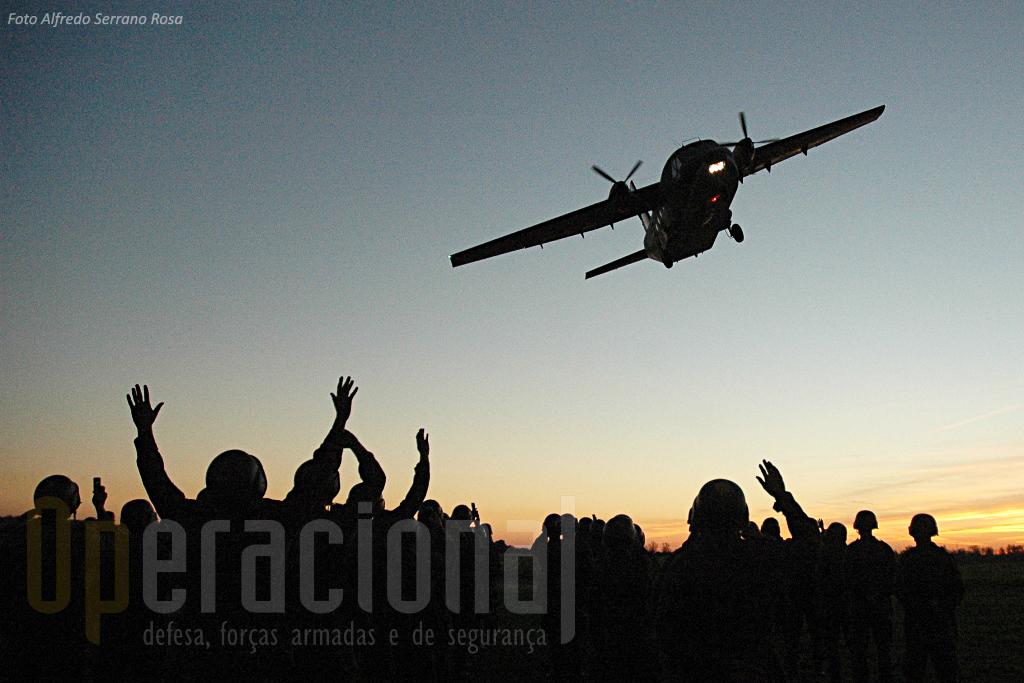 """Final de mais um dia de saltos no Arripiado. O """"AVIOCAR"""" saúda mais um curso que acabou de conquistar a """"boina verde""""."""
