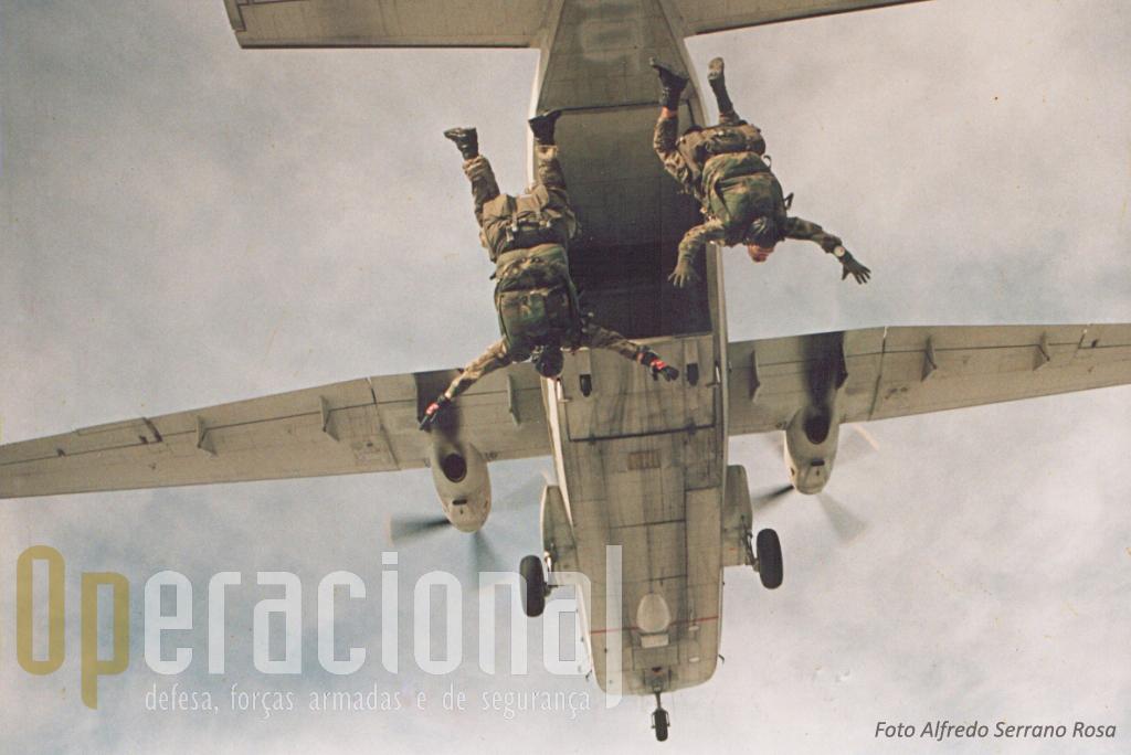Mais um salto de treino de SOGA da BRIPARAS, este acompanhado pelo Alfredo Serrano Rosa que captou esta magnifica imagem.