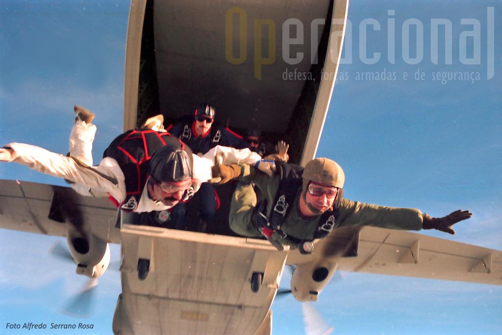 """1989: dois saltadores saem agarrados (a direita António Carmo, do """"Operacional"""", à esquerda o agora Sargento-Mor Eduardo Rodrigues), seguidos do então Tenente Nortadas Pereira dos «Falcões»."""