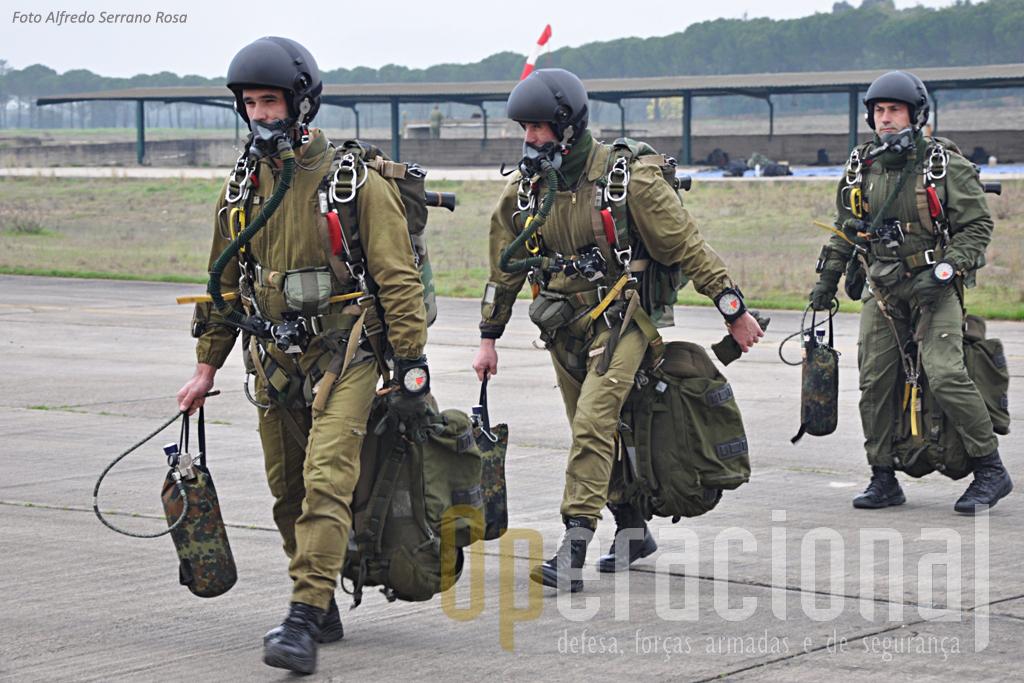Os Primeiros-Sargentos Pára-quedistas Lopes, Basílio e Ramalho, equipados com o SOV-3, kit de oxigénio, carga e espingarda Galil.