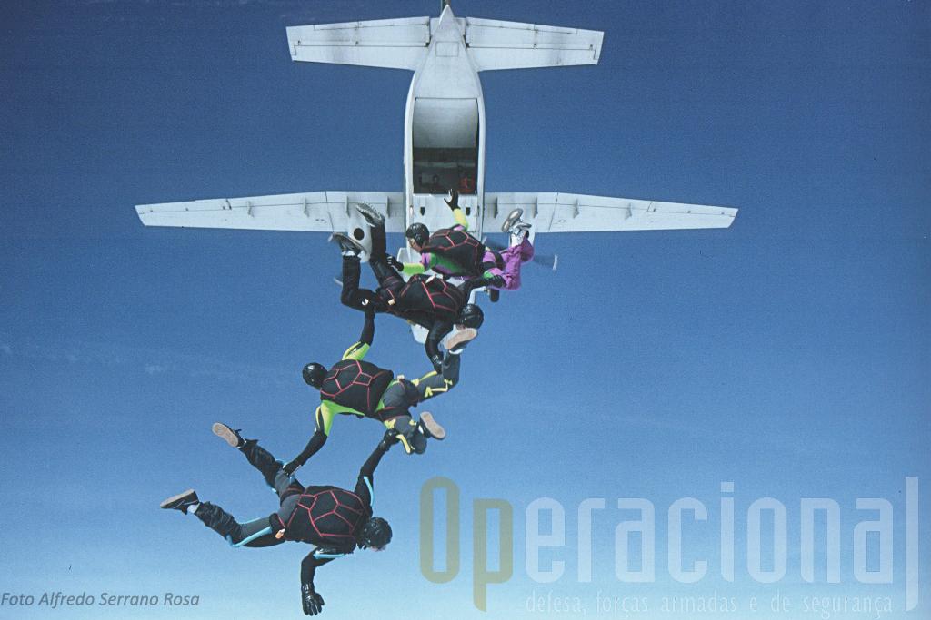 """Os «Falcões Negros» da """"Escola de Tancos"""", equipa de pára-quedismo das Forças Armadas Portuguesas, foramgrandes utilizadores do C-212-100."""