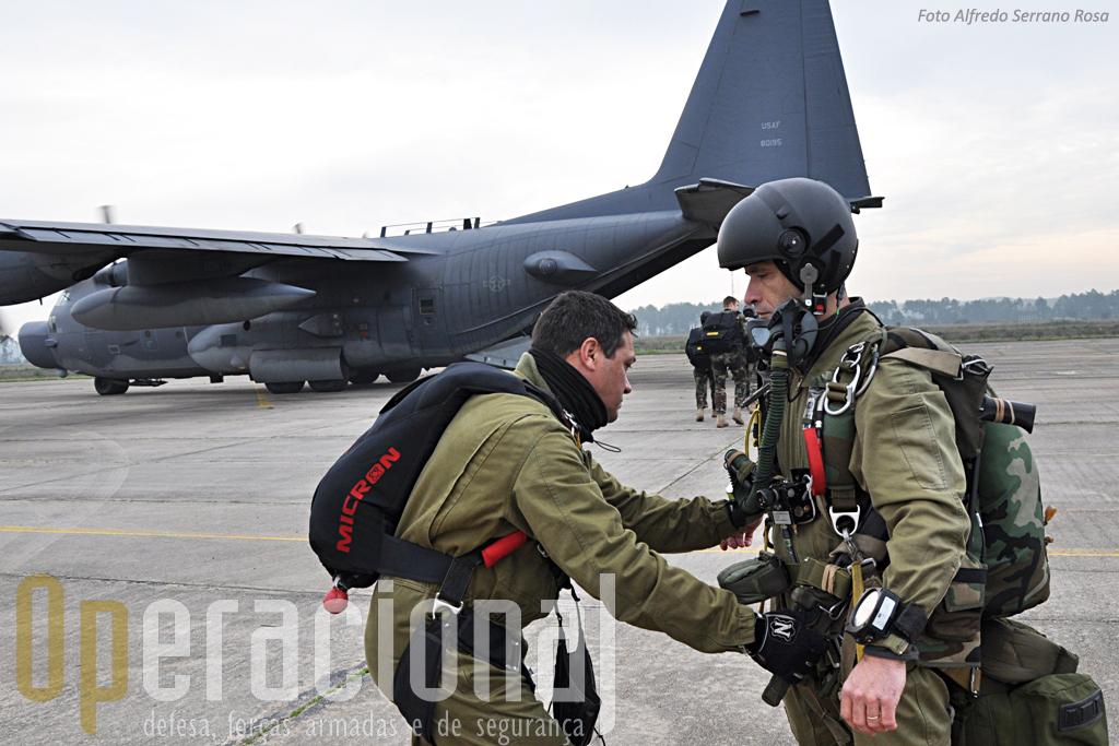 """Já com o """"Talon II"""" pronto a descolar o Instrutor de Queda-Livre, Sargento-Ajudante Hermes Mateus, equipado com um pára-quedas Stilletto 150, ajusta o equipamento do Primeiro-Sargento Costa."""