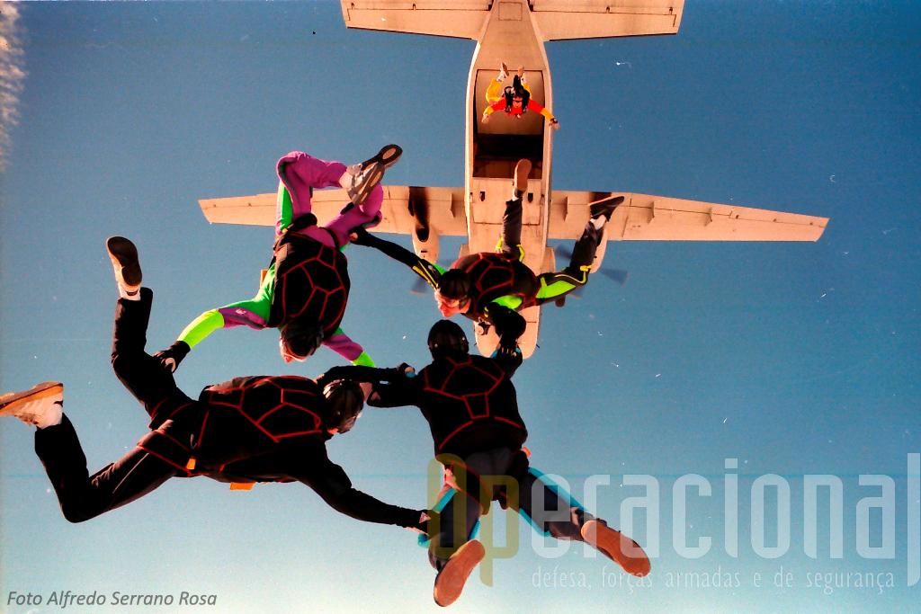 """Nova imagem dos «Falcões» e do """"AVIOCAR"""". Serrano Rosa saltou ligeiramente antes, captou a foto e distingu-se o outro """"camera fly"""" a abandonar a aeronave, Luís Nogueira."""