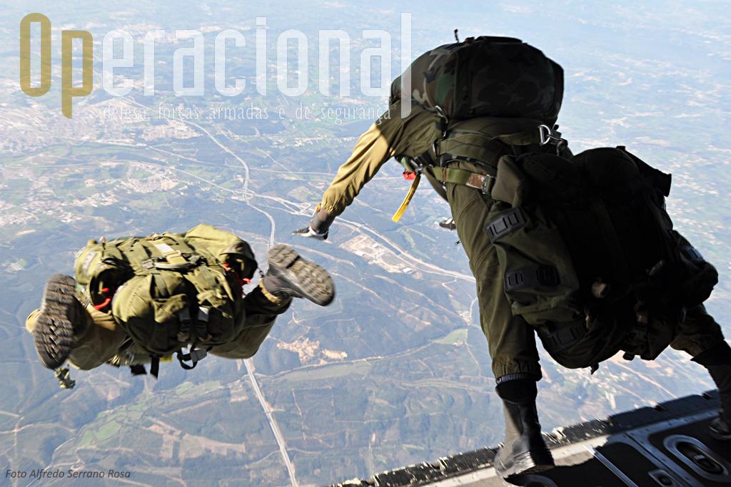 Dois SOGAs portugueses abandonam a aeronave. No tempo que vão passar em queda-livre, devem voar de modo manter o corpo estabilizado, equilibrando a carga que transportam, permitindo a abertura do pára-quedas em boas condições.